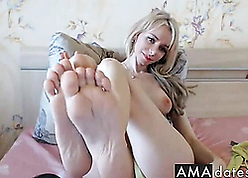 Stunner kermis babe in arms shows uncompromised feets